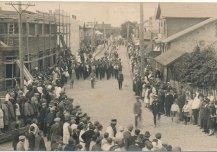 Tapa linna I laulupäeva rongkäik 10. juulil 1927. Üritusega tähistati linnaõiguste saamise esimest aastapäeva.