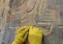 Kaitsekleebise pinnalekandmine. Esimene, marlikiht kinnitati 10% jänesenahaliimi abil pinnale nii, et see suruti kõikidesse õnarustesse.