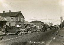 Türi peatänav Viljandi tänav u 1929. Tänav sai 1932. a bituumenkatte (mustkatte) ja tee äärde istutati noori puid.