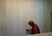 Kahe kaitsekleebise kihiga kaetud maaling enne seinalt eemaldamist.