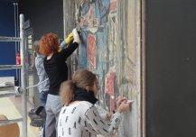 Kaitsekleebiste eemaldamine maalingult pärast selle kinnitamist uude asukohta.