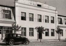 Hotell-restoran Põltsamaal 1940. Hooneesine tee on värskelt sillutatud ja noored istikud kasvamas.