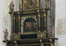 Keila kiriku kooriruumi idaakent ja altariretaablit raamistavad maalingud