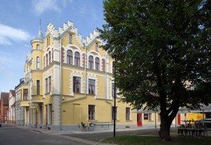 Hotellihoone J. Laidoneri plats 8, Viljandis sai 2018. aastal Muinsuskaitseameti tunnustuse kui hästi taasatud hoone muinsuskaitsealal või kaitsevööndis