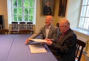 Siim Raie ja Tiit Salumäe lepingut allkirjastamas