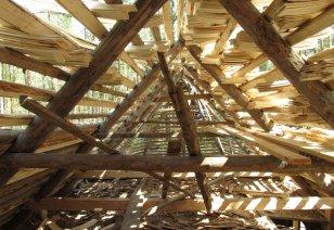 Puitkatuste levik hoogustus uuesti 19. sajandi teisest poolest, kui hakati rohkem kasutama rehepeksumasinaid, sest selles pekstud õled ei sobinud enam katusekatteks.  FOTO: Kersti Siim