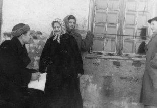 Mõõdistamine 1950ndatel. Foto Muinsuskaitseameti arhiivist.