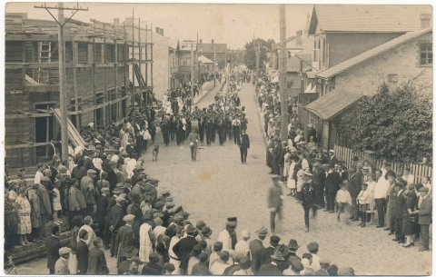Tapa linna I laulupäeva rongkäik 10. juulil 1927. Üritusega tähistati linnaõiguste saamise esimest aastapäeva. Foto SA Virumaa Muuseumid