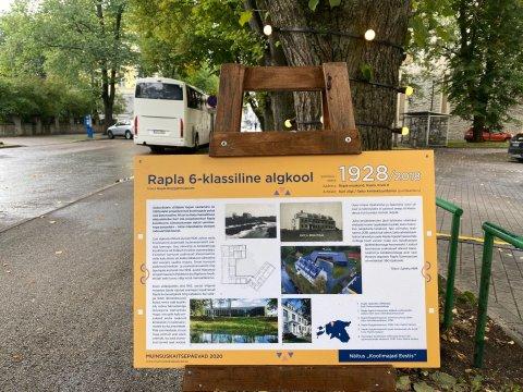 Koolimajade näitus Otsa tänaval. Foto Madle Lippus