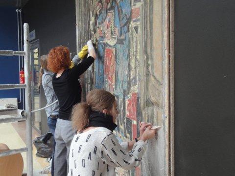 Kaitsekleebiste eemaldamine maalingult pärast selle kinnitamist uude asukohta. Foto Taavi Tiidor