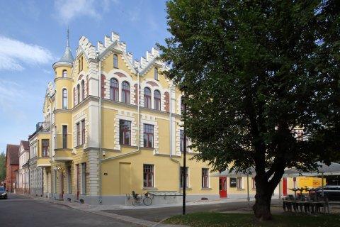 Hotellihoone J. Laidoneri plats 8, Viljandis sai 2018. aastal Muinsuskaitseameti tunnustuse kui hästi taasatud hoone muinsuskaitsealal või kaitsevööndis. Foto: Reio Avaste