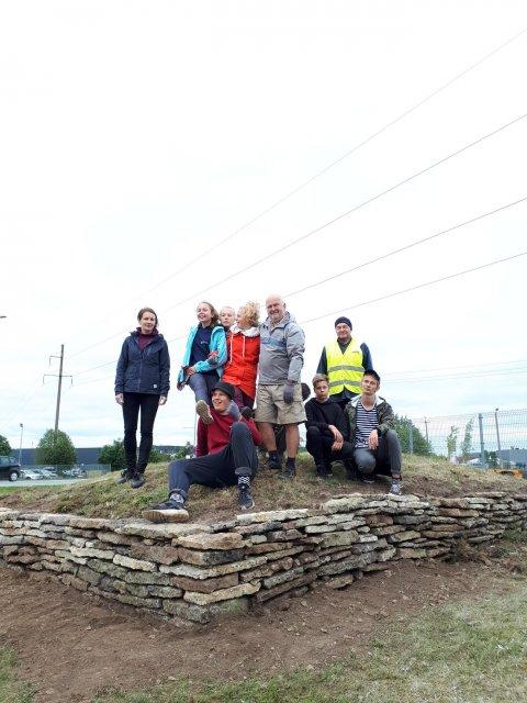 Õpilasmalevaga kivikalme korrastamine Pildikülas. Foto: Helena Kaldre
