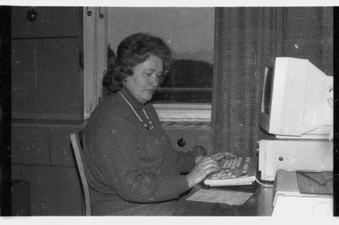 Foto: MuIS. Ettevõtte Viru Rand töötaja arvuti taga (ERM Fk 2971:267); Eesti Rahva Muuseum