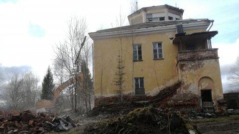 Tartu sõjaväelennuvälja juhtimiskeskuse lammutamine. Foto Inga Raudvassar