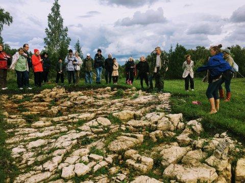 Arheoloog Mati Mandel rääkimas Kurese pakamäel 2018. aasta muinsuskaitsepäevadel. Foto: Madle Lippus