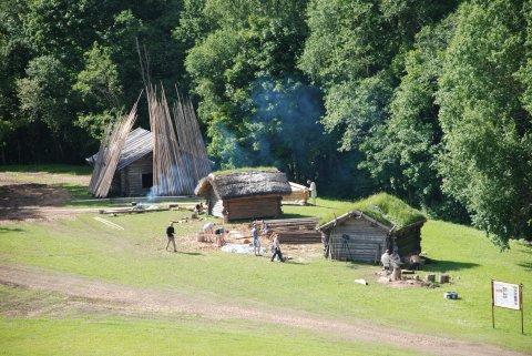 Rõuge muinastalu 2017. aasta suvel, kui püstkoda alles ootas kokku panemist. Foto: Jaana Ratas